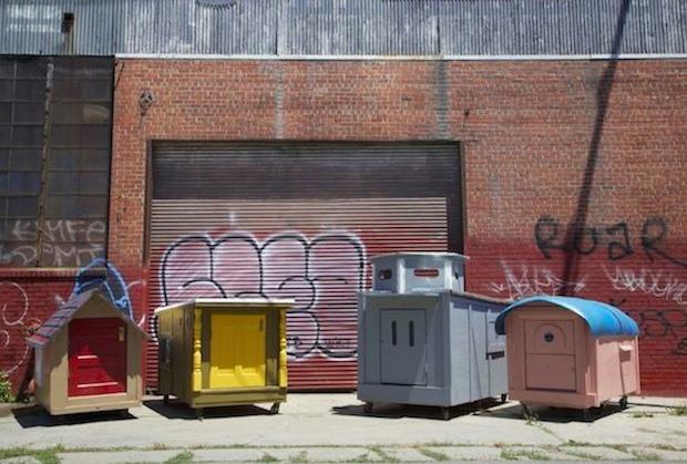 だれかのごみは、だれかにとっての宝物だ。不法投棄されたものを使って立てた小屋「Homeless Homes Project」