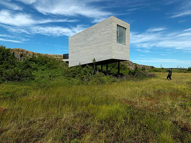 花崗岩の草原の中に佇む、オフグリッドなアートスタジオ「Bridge Studio」