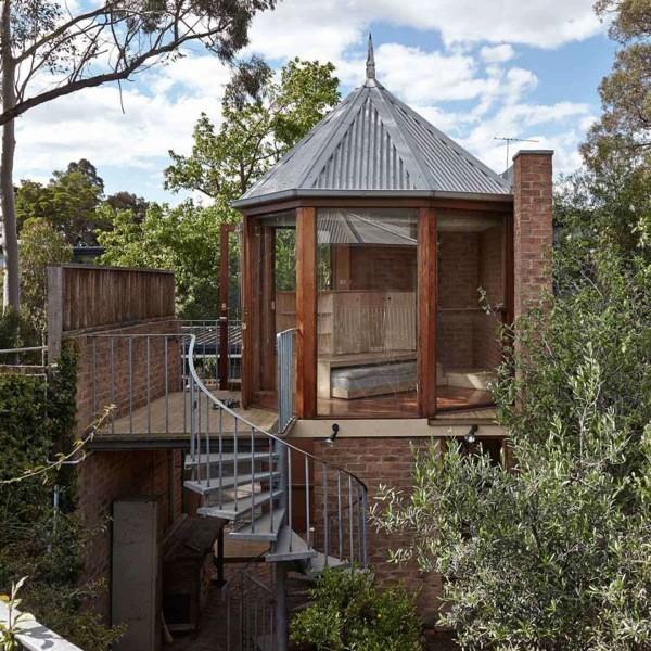 緑とレンガが温かい、ガラス張りの8角形タワーハウス「The Tardis」