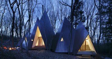 自然と寄り添うと原始の形に回帰するトンガリお屋根の「Woodland home」