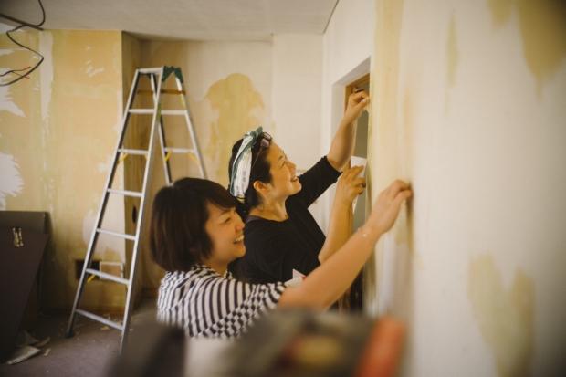 札幌国際芸術祭。週末にやってきた人達に漆喰塗りを手伝ってもらうのも、展示の一部。