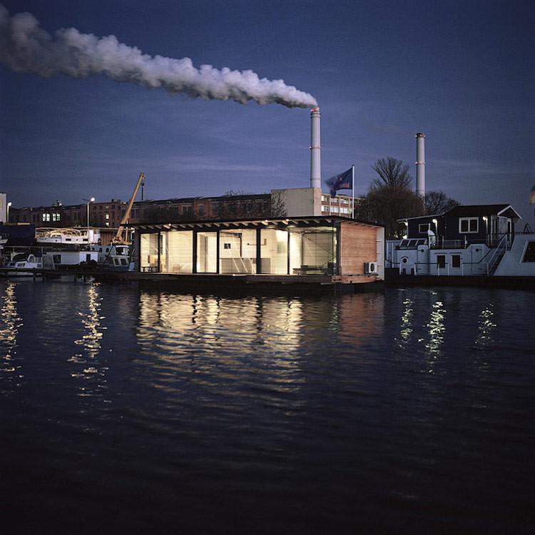 都会の時間を離れ、川の上で静かに暮らす。「Modern Houseboat」