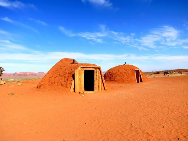 Via:another sky ナバホ族の伝統的な住居、ホーガンは、木の構造に砂を塗り固めて作られています