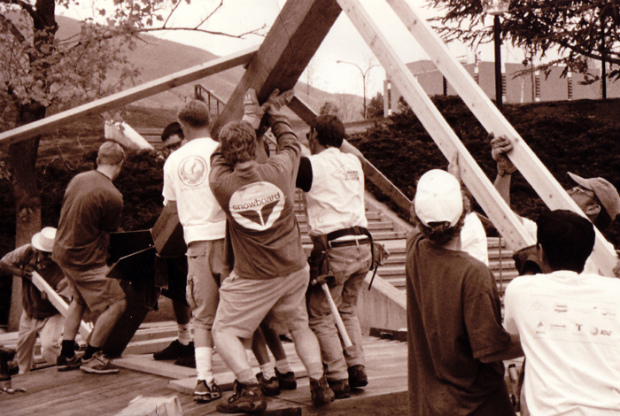 柱を立ち上げる学生達。重機は使わず、作業はほぼ人力で行われることが多いそうです Via:designbuildbluff.org