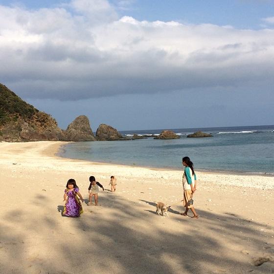 夕暮れ時のビーチで遊ぶ来島してくれた友人のお子さんと同じ移住者のご家族と飼い犬。毎日のようにある、のどかな風景です。