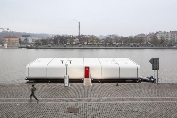 川面に浮かぶ船、あるいは家「Port X」