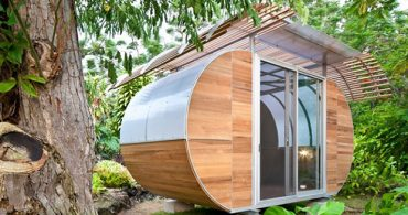 フラットパックで配送される、家具のように組み立てられる小屋「House Arc」