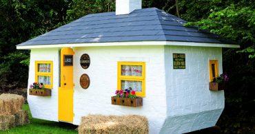 30年もののキャラバンを改造した、アイルランドのモバイル・パブ「The Shebeen is a tiny Irish pub on wheels」