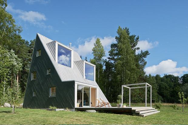 ウォールクライミングができるスウェーデンの三角ハウス「Summer House in Dalarna」