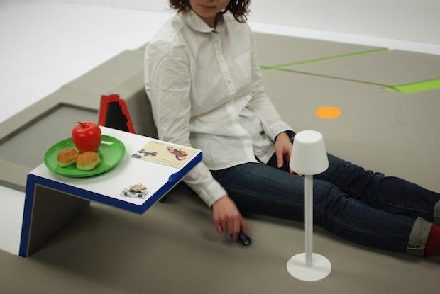 一枚のマットが机や背もたれに、折り紙風フロアマット「land peel」