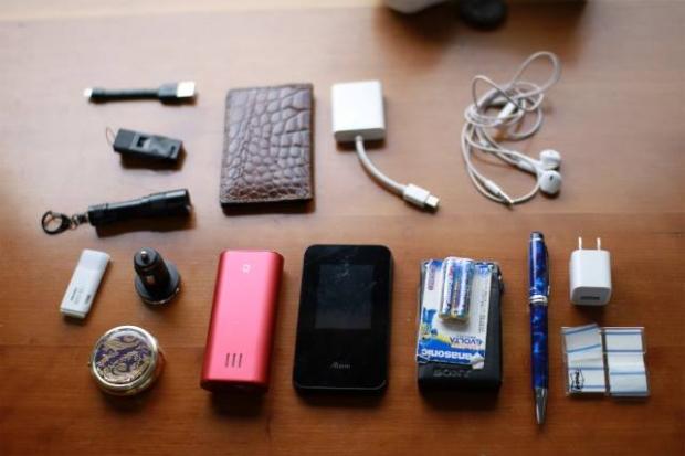 バッテリーや、ルーター、パソコン、防災用の懐中電灯やホイッスルやラジオなど。佐々木さんがパソコンの他に常に持ち歩いているミニマムツール。