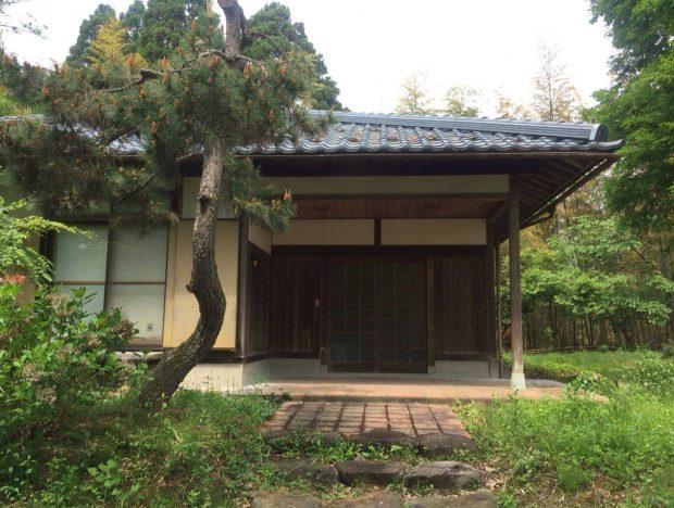 福井県のお住まいは窯付きの工房。奥さまの松尾たいこさんは、ここで陶画の作品制作に没頭している。
