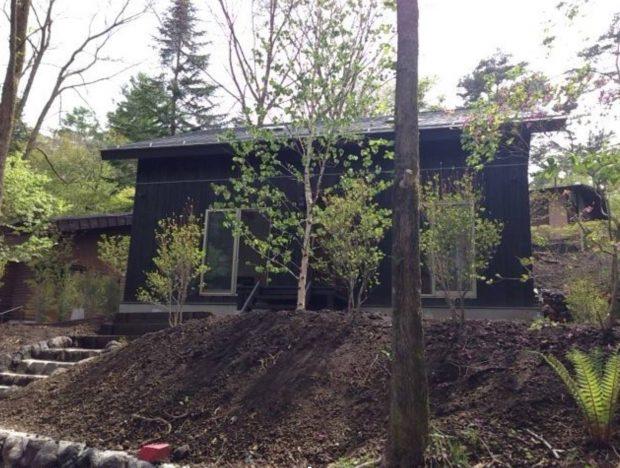 賃貸ながら佐々木さんご夫婦の希望通りにカスタマイズされた軽井沢の別荘。書籍などのまとまった執筆はこの場所で行うそう。