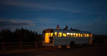 卒業制作はバスを使った移動住居、5000マイルを移動する『Hank bought a bus』