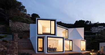 今日はどこから海を見る?複数の窓と、異なる眺望を持つ家「Sun flower house」