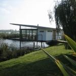 水面の音と光を楽しむ、湖面にせり出す休暇小屋「Boathouse」