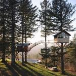 露天風呂にスケートパークも!吊り橋でつながった二つのツリーハウス「The Cinder Cone」