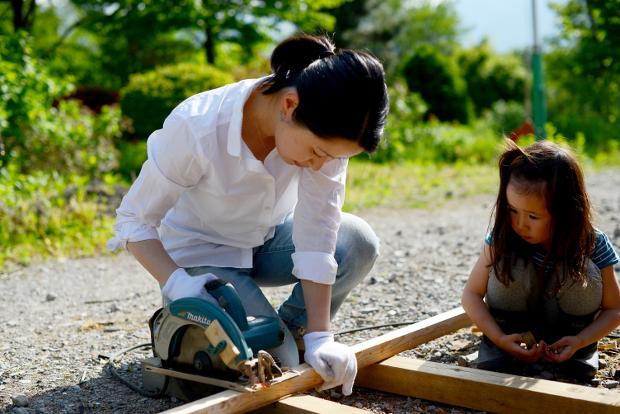 端材は、薪ストーブ用に。小さくサイズを揃えたら、家の前に娘が積んでくれます