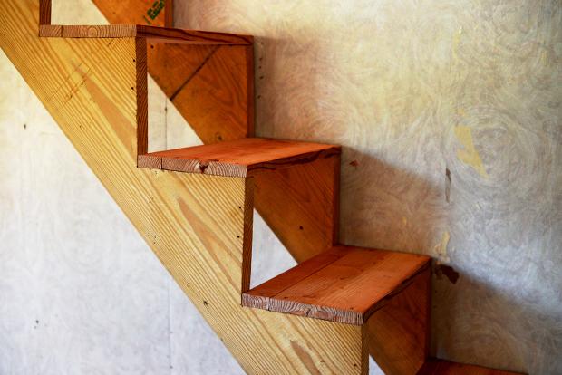 階段下の収納を解体して、ついでに階段もあたらしく。骨組みはそのままに、段の部分を新調しました
