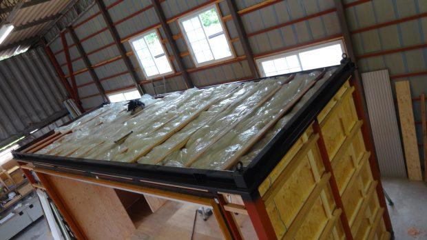 天井にもぎっしり断熱材(グラスウール)を入れます。