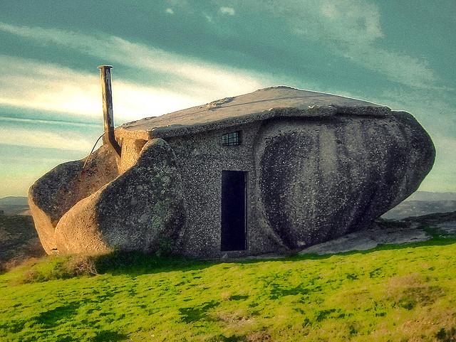 岩なの?家なの?どっちも正解、岩をそのまま利用した家「stone house」