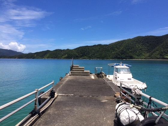 桟橋と漁師の方の船。自分で機材を持ち管理して仕事をしていくのは現在のフリーランスと全く一緒です。