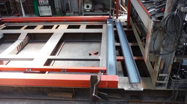 100角の柱(オレンジ太い方)とCチャン(鉄未塗装)を固定して、溶接する所です。