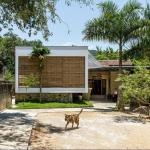 洪水と戦う固いイシあり、石造りの土台が家を守る「The Shelter/Nha4 Architects」