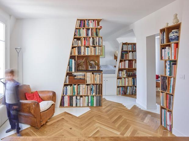 図書館のようなワンルーム、機能的に改装した屋根裏の部屋「Arsenal Flat」
