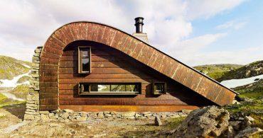 おとぼけフォルムの山小屋、訳あって「へ」の字型なんです。「Bjellandsbu」