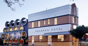 水道管が個性的なファサードに変身、パブレストラン「PRAHRAN HOTEL」