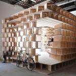 本棚が作り上げた静謐な空間。ヴェニスの「Latticed Wooden Bookshelves」