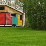 カラフルでおもちゃ箱のようなトレイラーハウス「Toy Box Tiny Home」