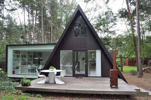 見捨てられた三角屋根のコテージが復活!湖を眺めながら暮らす家「 Extension House vB4」
