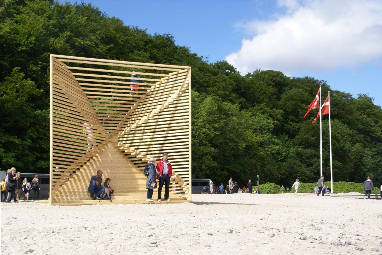 人が集う、遊具にもベンチにもなるオブジェ、陸に上がった浮標(ぶい)「Sømærke」
