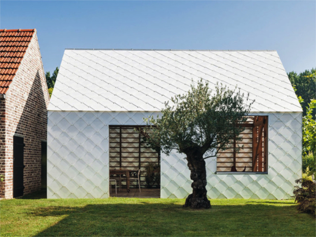 コストを抑えた白い鱗、庭先に建てる半透明の家「Garden Shed」