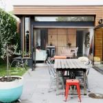 作業小屋が大変身!大きくなガラスドアを持つ、風が吹き抜ける家「Holden Street」
