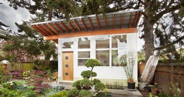 自然とミッドセンチュリーの家具に囲まれた、裏庭の秘密小屋「Orchid Studio」