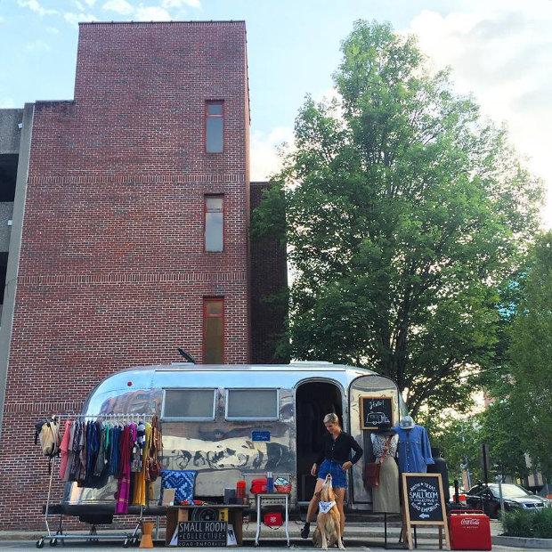 旅暮らしのエアストリームは、作り手の想いをのせたセレクトショップ「Small Room Collective」