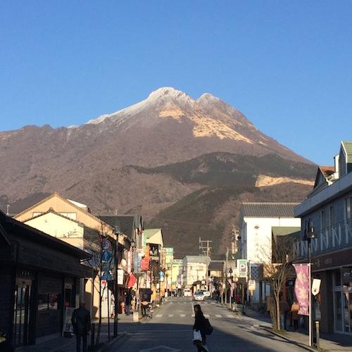 湯布院の町と、青空にそびえ立つ由布岳。