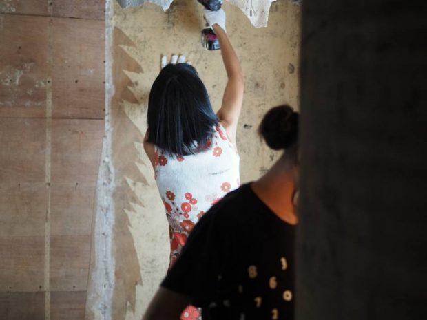 壁紙を剥がし、傷んだ内壁を交換