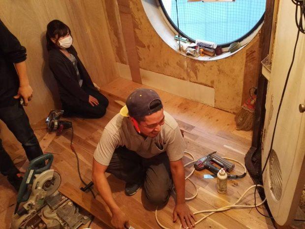 床にフローリング材を敷き詰めていきます