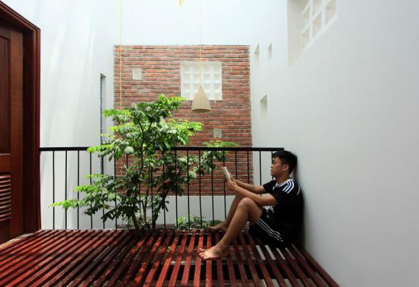 屋内の木陰で読書を楽しむ、8㎡の三階建ての家「21 House」