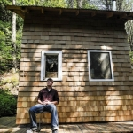 大学生が営む電気代ゼロのオフグリッド生活、30万円で建てた小屋「Off-Grid Tiny House」