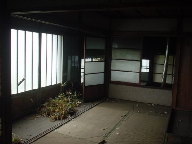 日光で見つけた古民家。板の間から植物が生えていた Via: 日光イン