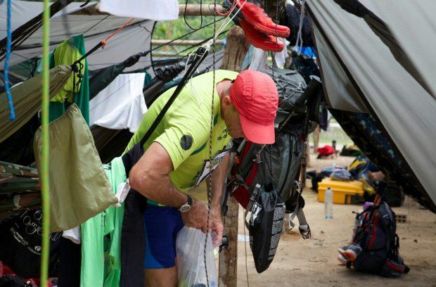 ハンモック村ではスコールで濡れないように荷物もつるします。