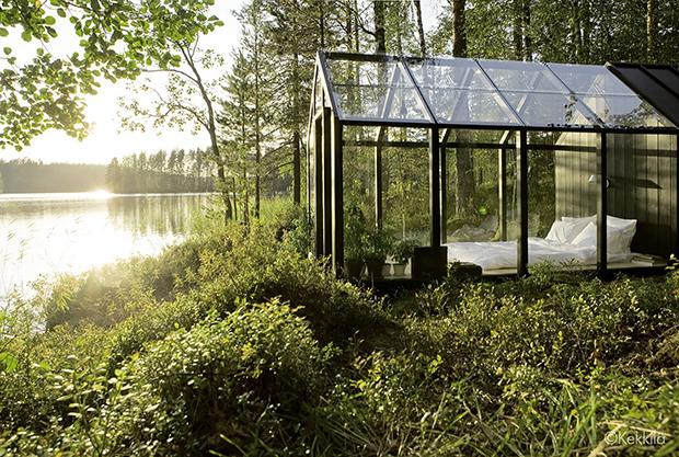 庭と寝室を一体に、湖のほとりの温室「Kekkilä Green Shed」