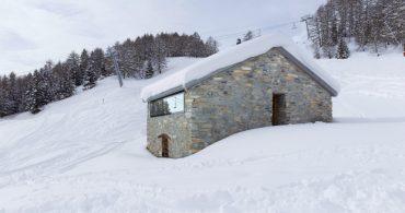 アルプスの空家活用?元・牧畜小屋の外壁に包まれたモダンリビング「Gaudin House」