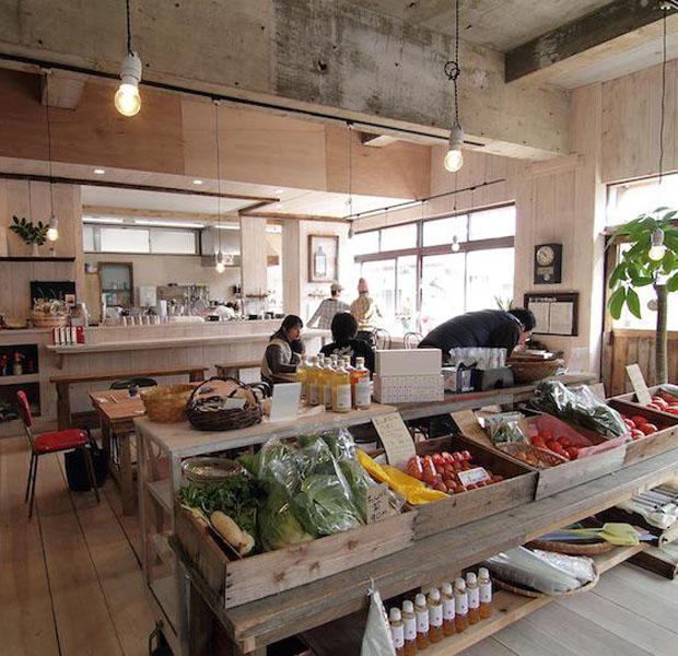 福江島の強力なサポーター、有川智子さんがお母さんと一緒に2013年にオープンしたコミュニティカフェ。地元の人と観光客でいつも賑わう居心地のいい空間。