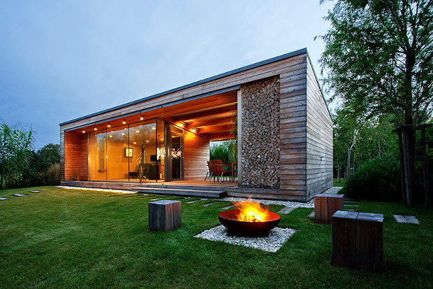 何もしない贅沢を知る、大人の小さな湖畔の別荘「A Larch Holiday Cottage by the Lake」